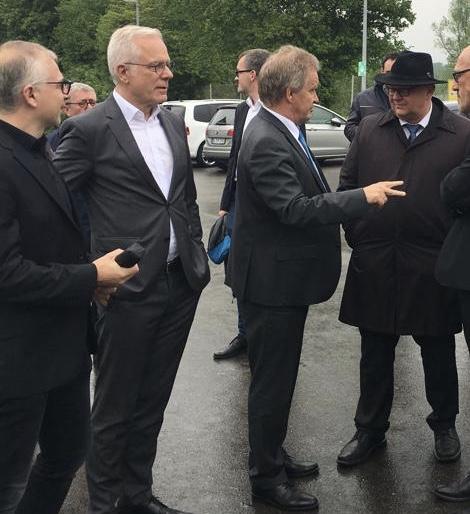 Thomas Zawalski und Umweltminister Franz Unterstelle stehen in einer Menschentraube.