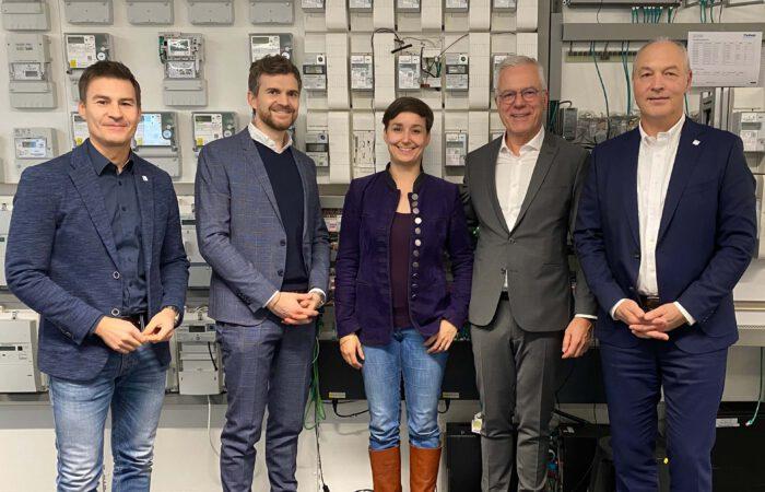 Grüner Wirtschaftsbeirat Thomas Zawalski mit Sandra Detzer und der Firma Theben.