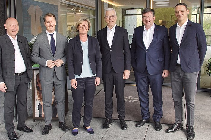 Thomas Zawalski, Erwin Feucht und Finanzministerin Edith Sitzmann beim Besuch der Firma Mey.