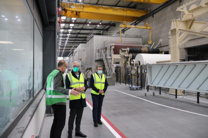 Thomas Zawalski steht mit Stefan Karrer, Vorstand Technik bei Koehler Gruppe sowie Nachhaltigkeitsmanager Jens Kriete vor der Papiermaschine PM8.