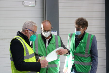 Thomas Zawalski hält mit Stefan Karrer, Vorstand Technik bei Koehler, einen Papierbogen in der Hand.