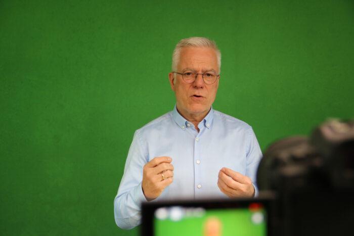 Thomas Zawalski bei seiner Rede vor einer Kamera.