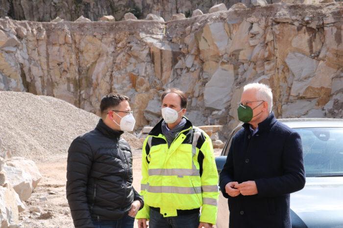Thomas Zawalski im Gespräch mit den Geschäftsführern der VSG Schwarzwald-Granit-Werken, Jürgen Schnurr und Thomas Karcher.