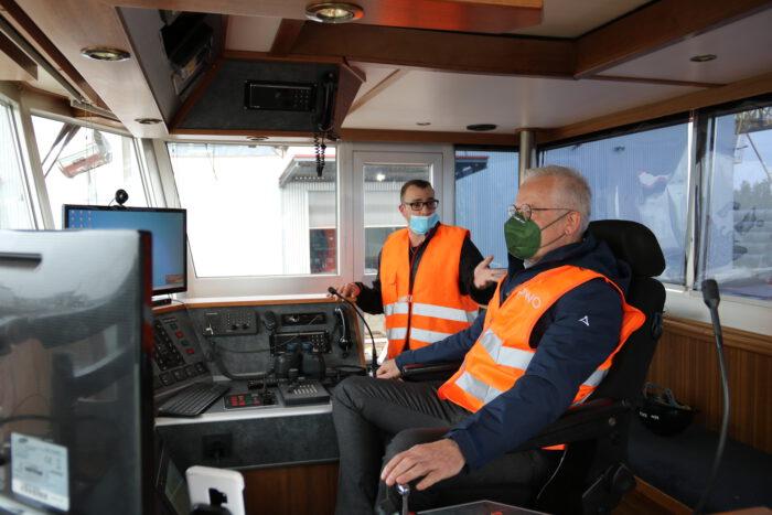 Thomas Zawalski sitzt im Führerstand eines Schiffes.