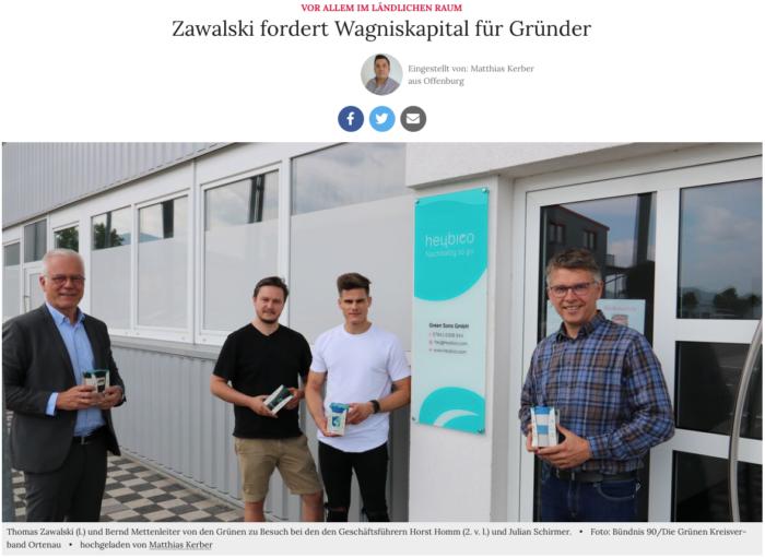 Thomas Zawalski und Bernd Mettenleiter mit den Geschäftsführern Julian SChirmer und Horst Homm vor dem Unternehmenseingang.