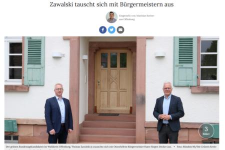 Thomas Zawalski und Ottenhöfens Bürgermeister Hans-Jürgen Decker vor dem Rathaus