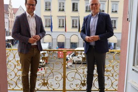 Offenburg Oberbürgermeister Marco Steffens steht neben Thomas Zawalski.