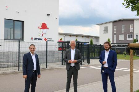 Thomas Zawalski mit Leitwerk-Vorständen vor dem Rechenzentrum in Appenweier.