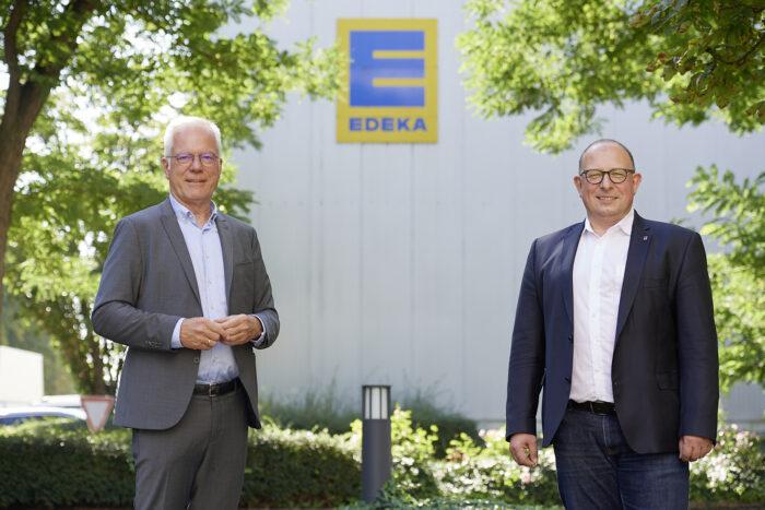 Thomas Zawalski und Rainer Huber vor der Edeka-Verwaltung.